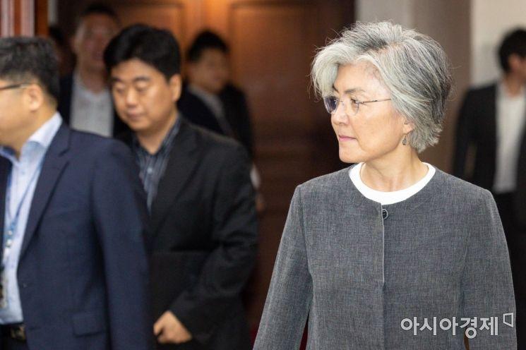 [포토]회의실 들어서는 강경화 외교부 장관