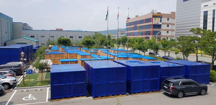 수송을 기다리고 있는 씨아이에스의 2차전지 생산설비들. 사진=유현석 기자