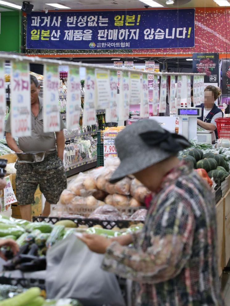 일본 정부가 한국을 상대로 반도체 핵심소재 등의 수출을 규제하는 사실상의 경제보복 조치를 내리자 국내에서 일본 제품에 대한 불매운동 여론이 확산할 조짐을 보이고 있다. 지난달 5일 서울 은평구의 한 마트에 일본 제품을 팔지 않는다는 현수막이 걸려 있다. [이미지출처=연합뉴스]