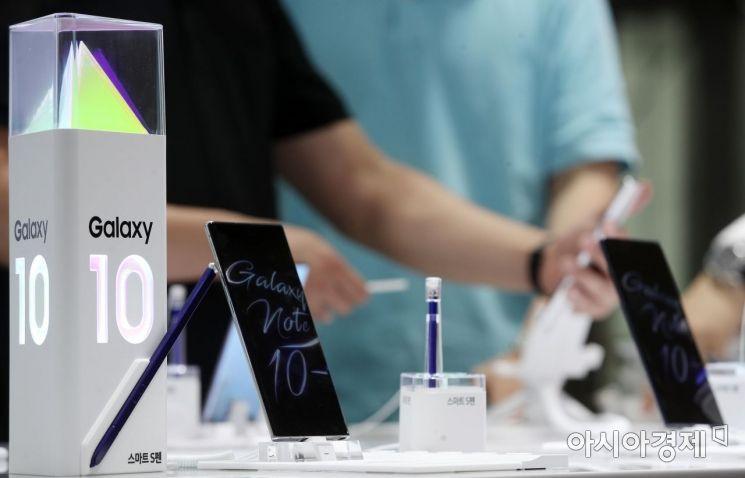 삼성전자가 하반기 전략 스마트폰 '갤럭시노트10'을 공개했다. 8일 서울 삼성전자 태평로본관 모바일스토어에서 방문객이 갤럭시노트10을 만져보고 있다./김현민 기자 kimhyun81@