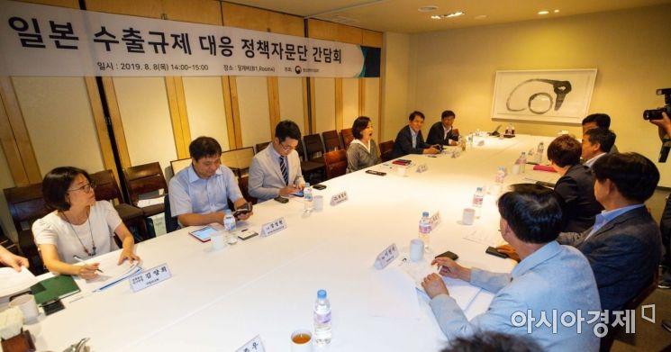 [포토]일본 수출규제 대응 정책자문단과 의견 나누는 박영선 장관