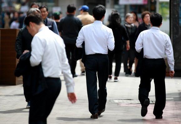 서울 명동 거리에 직장인들이 지나고 있다. [이미지출처=연합뉴스]