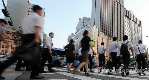 서울 중구 을지로입구역 사거리에서 직장인들이 퇴근길 발길을 재촉하고 있다. [이미지출처=연합뉴스]