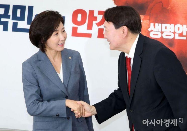 [포토] 인사 나누는 윤석열 총장·나경원 원내대표