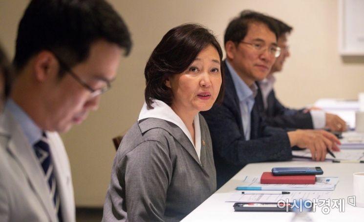 [포토]정책자문단과 의견 나누는 박영선 장관