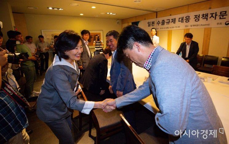 [포토]정책자문단과 인사하는 박영선 장관