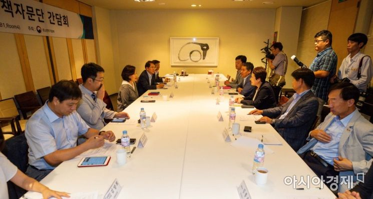 [포토]정책자문단과 일본 수출규제 대응 의견 나누는 박영선 장관
