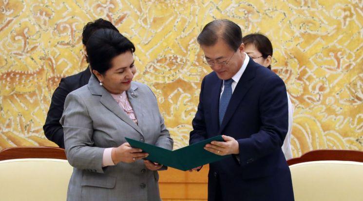 문재인 대통령이 8일 오후 청와대에서 탄질라 나르바예바 우즈베키스탄 상원의장과 우즈베키스탄 대통령의 친서를 보고 있다. [이미지출처=연합뉴스]