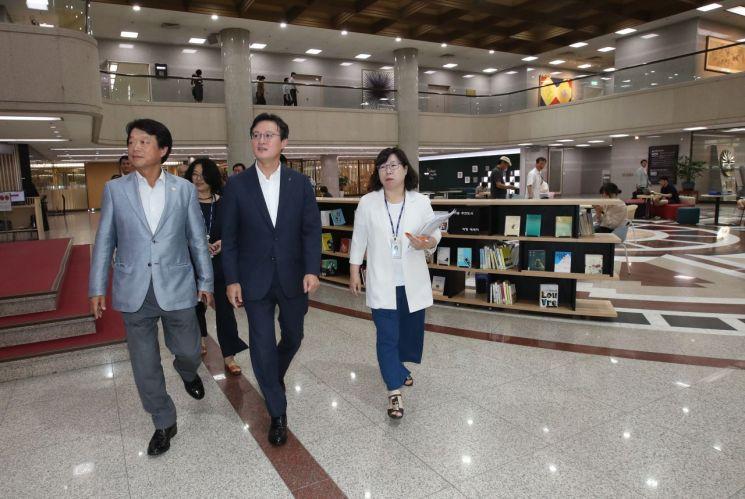 [포토]채현일 영등포구청장, 국회도서관 찾아 도서관 확충 방안 논의