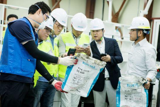 8일 삼표 김해 몰탈공장에서 열린 무수축그라우트 몰탈 신제품 4종 기술세미나에 참석한 관계자들이 이야기를 나누고 있다.