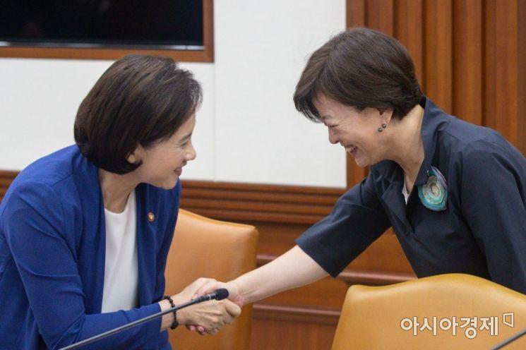 [포토]악수하는 유은혜 부총리-진선미 장관