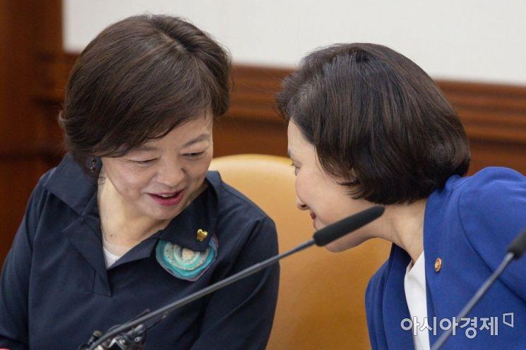 [포토]대화하는 유은혜 부총리-진선미 장관