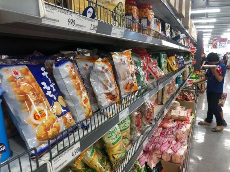 일본제품 불매운동이 확산되고 있는 가운데 광주광역시 한 대형마트 과자류 코너에 진열된 일본 과자.