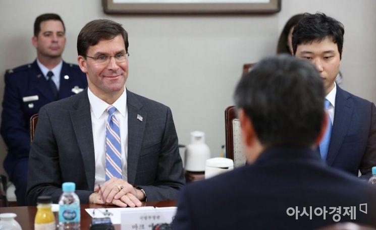 [포토]정경두 장관 인사말 경청하는 에스퍼 미 국방장관