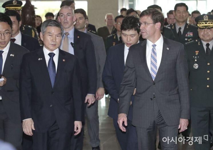 [포토]회담장으로 이동하는 정경두 장관-에스퍼 미 국방장관