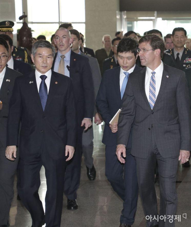 [포토]회담장으로 이동하는 정경두 장관-에스퍼 장관