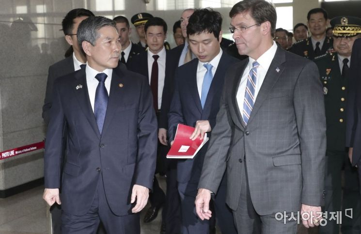 [포토]회담장 이동하는 에스퍼 미 국방장관