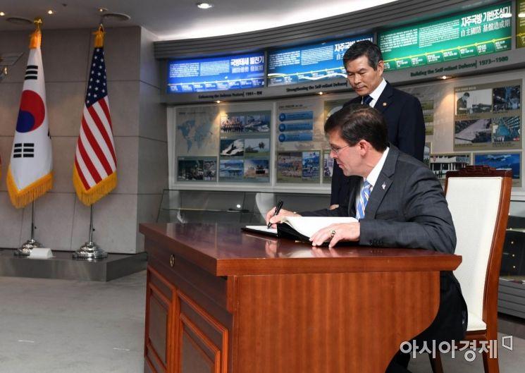 [포토]방명록 작성하는 에스퍼 미 국방장관