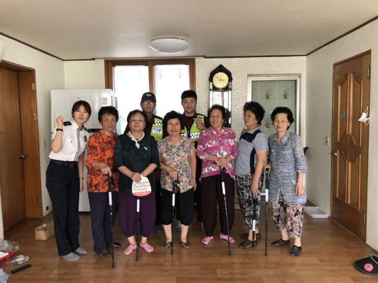 광주 광산경찰, 노인 보행자 사고 예방 홍보용품 배부