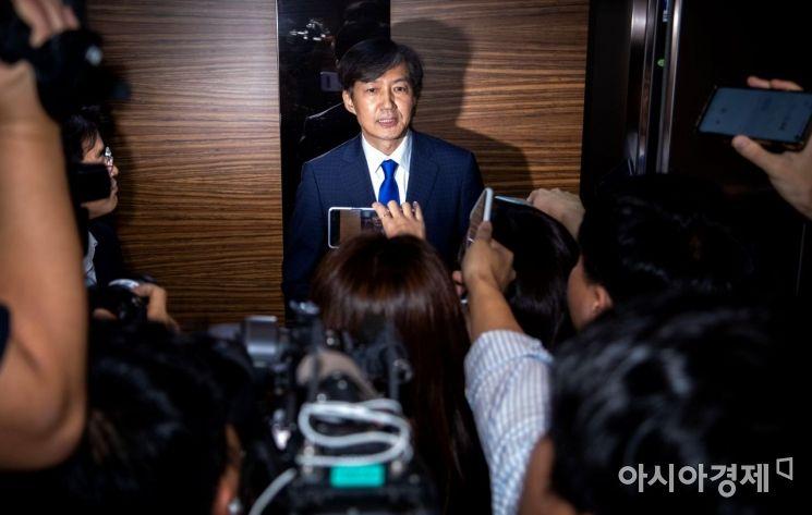 조국 법무부 장관 후보자가 9일 인사청문회 준비 사무실이 마련된 서울 종로구 적선현대빌딩에 첫 출근하고 있다. /문호남 기자 munonam@