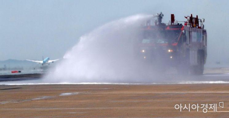[포토] 인천공항, 폭염 대비 활주로 살수작업