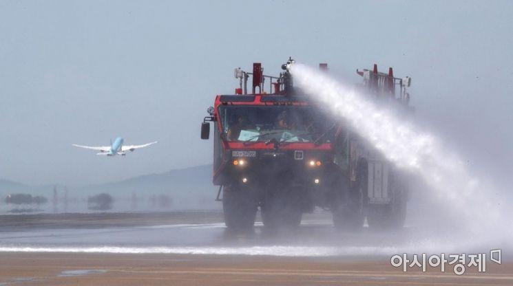 [포토] 인천공항 활주로 살수작업