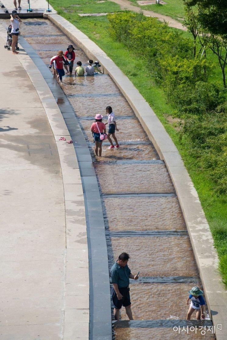 [포토]더위에 물놀이하는 시민들