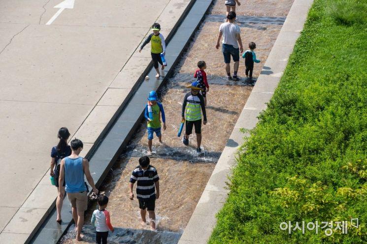 [포토]물에 발 담그며 더위 식히는 시민들