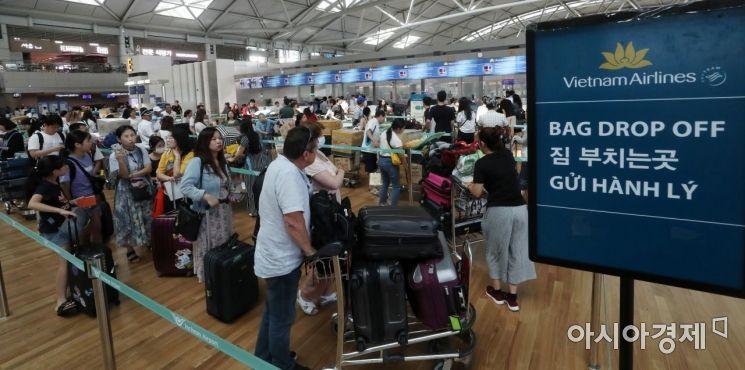 일본 정부의 수출규제 여파로 인한 일본 불매운동이 이어지고 있는 9일 인천국제공항 베트남 하노이행 수속 카운터가 여행객들로 붐비고 있다./영종도=김현민 기자 kimhyun81@