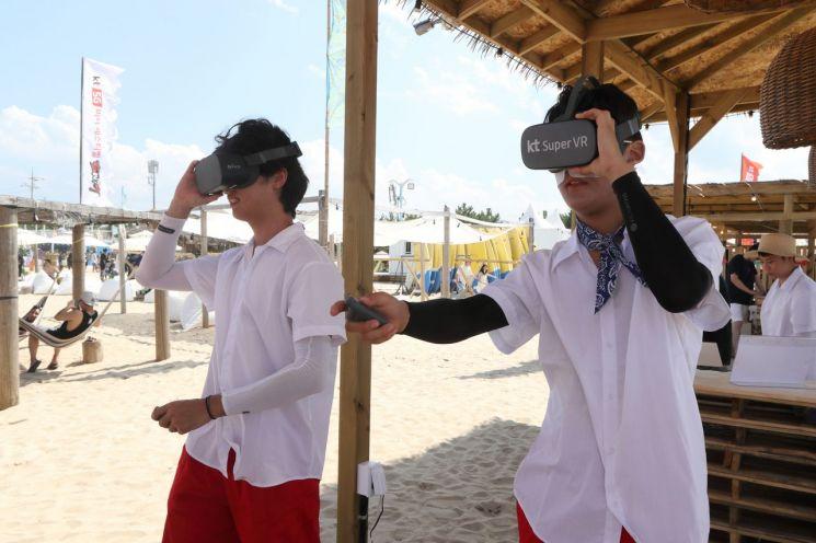 해변 곳곳에는 다양한 체험존이 마련돼 있다. KT직원이 VR 서비스를 소개하고 있다.