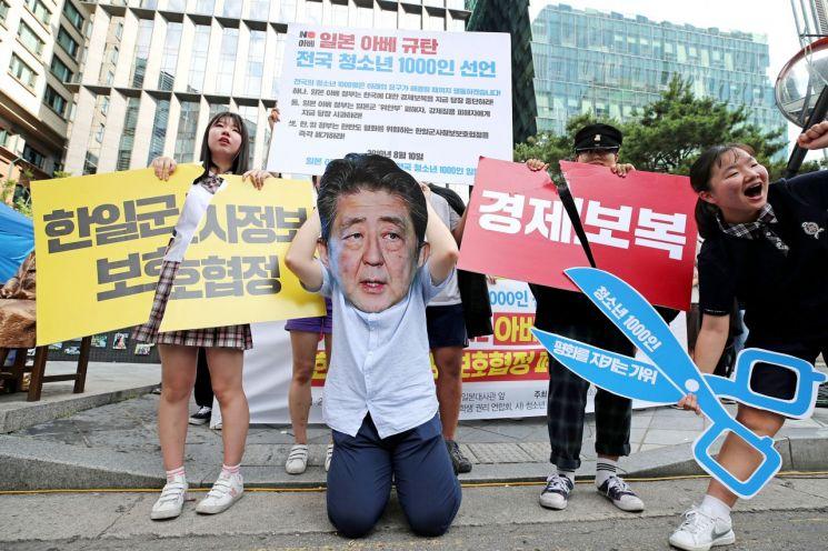 10일 오후 서울 종로구 주한 일본대사관 앞에서 열린 '일본 아베 정부 규탄 청소년 1000인 선언 기자회견'에서 청소년들이 경제보복 중단과 한일군사정보보호협정 폐기를 촉구하는 퍼포먼스를 펼치고 있다.<이미지출처:연합뉴스>
