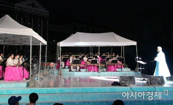 광주세계마스터즈수영대회 개막식이 열린 11일 남부대학교 우정의 동산에 설치된 야외무대에서 축하 공연이 펼쳐지고 있다.