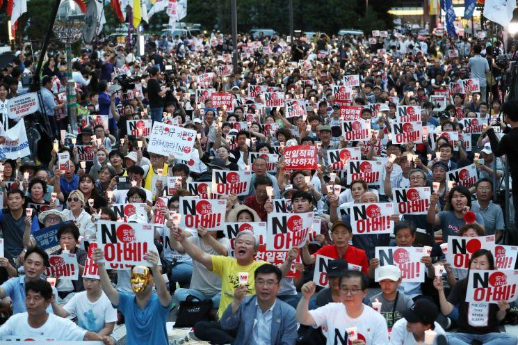 지난 10일 서울 종로구 옛 주한 일본대사관 앞에서 열린 '아베규탄 4차 촛불문화제'에서 참가자들이 촛불을 들고 있다. [이미지출처=연합뉴스]