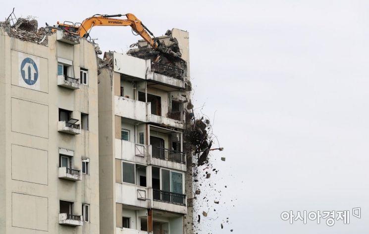 13일 서울 강동구 둔촌주공아파트에서 재건축을 위한 철거 공사가 한창이다. /문호남 기자 munonam@