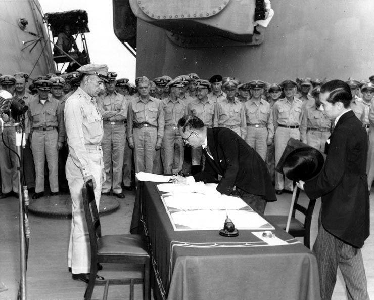 1945년 9월2일, 미국 전함인 미주리호 선상에서 무조건 항복문서에 서명하는 일본 시게미쓰 마모루(重光葵) 외무대신의 모습(사진=위키피디아)