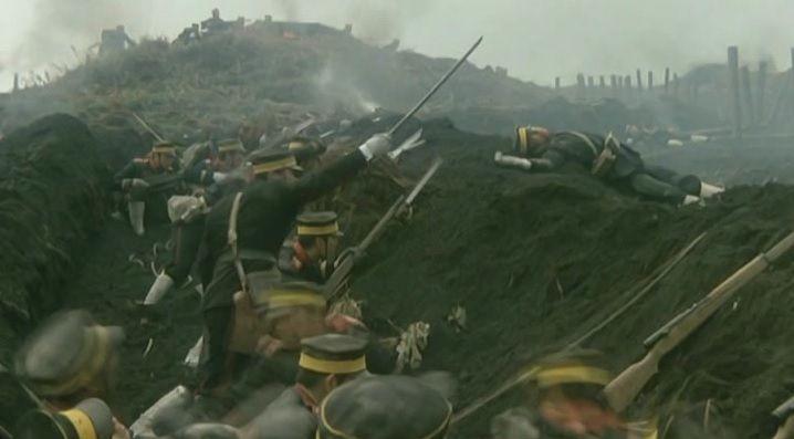 러일전쟁 당시 일본군은 뤼순요새 공략을 위해 병사들을 축차투입, 6만명이 넘는 전사자를 냈다. 어리석은 전략의 대명사로 여겨졌으나 태평양전쟁 때 똑같은 상황들이 반복된다.(사진=영화 '203고지' 장면 캡쳐)
