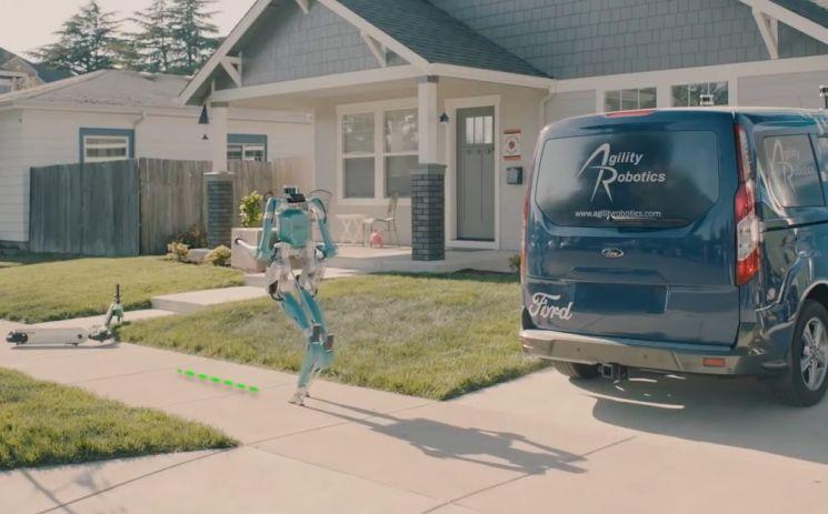 포드의 배달로봇 '디지트'가 배송 중입니다. [사진=포드 홍보영상 화면캡처]