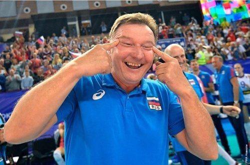지난 7일 러시아 칼리닌그라드에서 열린 한국과 러시아의 2020년 도쿄올림픽 여자배구 대륙간 예선전에서 자신의 두 눈을 좌우로 찢는 부사토 코치 모습./사진=연합뉴스