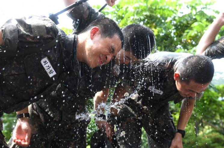 지난 9일 경남 창원시 진해구 시루봉에서 659기 해군병들이 물을 맞으며 더위를 식히고 있다. (사진=연합뉴스)