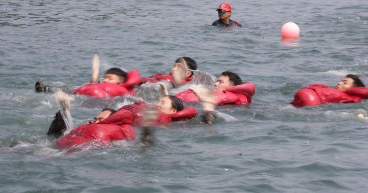 해군 장병들이 지난달 22일 오후 경남 창원시 진해구 진해군항 내 전투수영장에서 전투 수영 훈련을 하고 있다. (사진=연합뉴스)