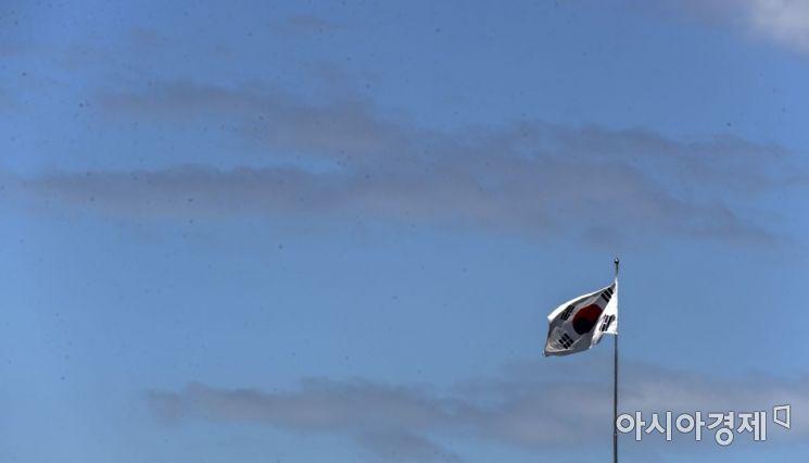 74주년 광복절을 하루 앞둔 14일 맑고 푸른 하늘을 배경으로 태극기가 힘차게 펄럭이고 있다./윤동주 기자 doso7@