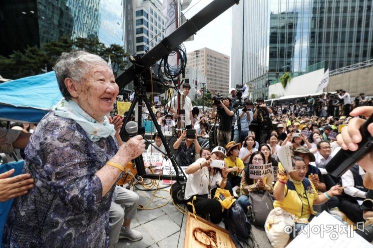 세계 일본군 위안부 기림일인 14일 서울 종로구 옛 일본대사관 앞 평화로에서 열린 제1400차 일본군 성노예제 문제해결을 위한 정기 수요시위에서 길원옥 할머니가 발언하고 있다. /문호남 기자 munonam@