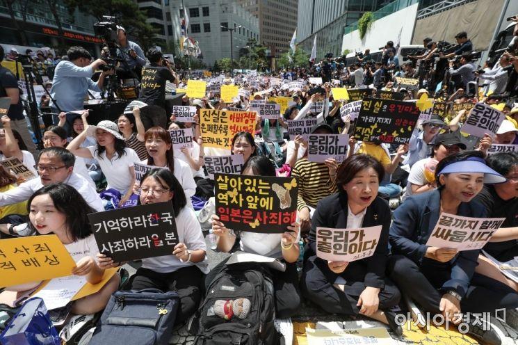 세계 일본군 위안부 기림일인 14일 서울 종로구 옛 일본대사관 앞 평화로에서 열린 제1400차 일본군 성노예제 문제해결을 위한 정기 수요시위에서 시민들이 일본 정부의 공식 사죄를 촉구하고 있다. /문호남 기자 munonam@
