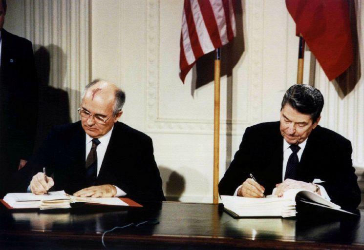 지난 1987년 12월 8일(현지시간) 미국 백악관에서 당시 로널드 레이건(오른쪽) 미국 대통령과 미하일 고르바초프 소련(현 러시아) 공산당 서기장이 중거리핵전력(INF) 조약에 서명하고 있다. 미국은 2일 INF 조약에서 공식 탈퇴한 데 이어 러시아도 이날 이 조약의 공식 폐기를 선언했다. <사진=로이터연합>