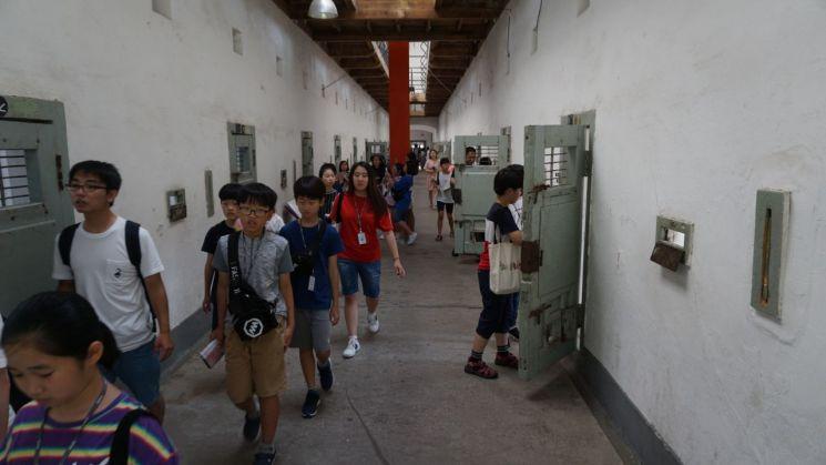 강서꿈동산 어린이기자단이 13일 서대문형무소 역사관을 찾아   독립운동가들이 실제 투옥됐던 옥사를 둘러보고 있다.