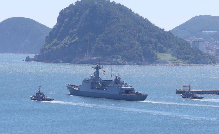 해군 청해부대 30진 강감찬함(4400t)이 소말리아 아덴만 해역에서 우리 선박들을 수호하기 위해 지난 8월13일 오후 해군 부산작전기지에서 출항하고 있다. (사진=연합뉴스)