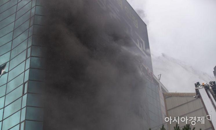 [포토]검은 연기 치솟는 화재현장