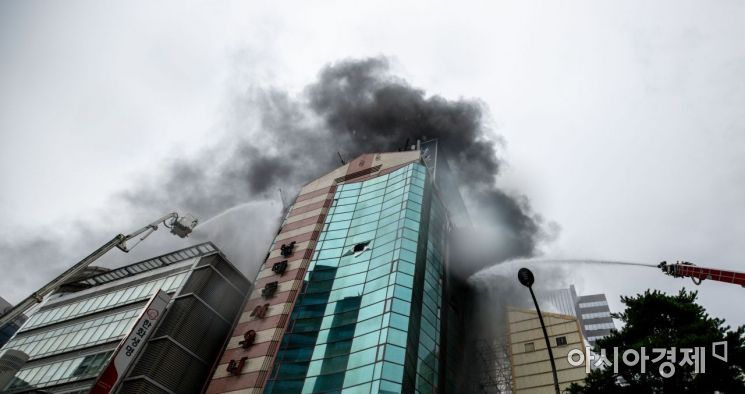 [포토]남대문 오피스텔 화재 진압