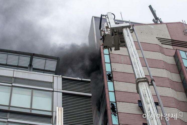 [포토]검은연기 빠져 나오는 화재현장