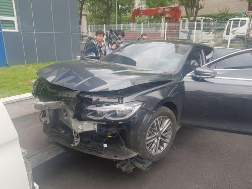 대전에서 40대 남성이 지인의 딸을 납치할 때 이용한 차량으로 도주 과정에서 경찰 순찰차를 들이받아 크게 파손됐다. 사진=연합뉴스